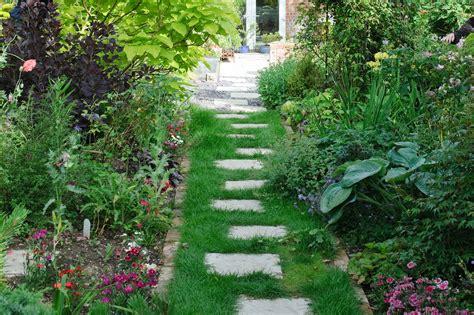stepping stones garden laying garden stepping stones gardenersworld