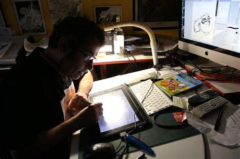 bureau de dessinateur philippe larbier un auteur de bd tourangeau dans sa bulle