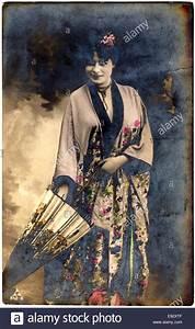 Sonnenschirm Asia Style : frau im kimono stehend mit sonnenschirm handkolorierten postkarte ca 1912 stockfoto bild ~ Frokenaadalensverden.com Haus und Dekorationen