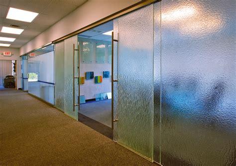 interior glass walls for homes c 243 mo dividir una oficina con paredes de cristal ideas