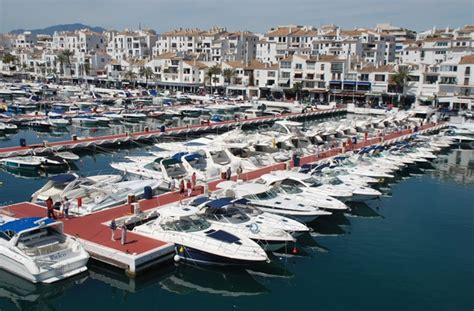 Llegar Un Barco A Puerto by Como Llegar A Marbella Viajar A Marbella Costa Del Sol