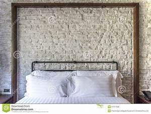 Cuscini Bianchi Su Una Camera Da Letto Classica Con Il Muro Di Mattoni Bianco Fotografia Stock