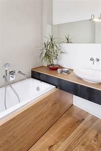 une petite salle de bain bois avec une baignoire With amenager une petite salle de bain avec baignoire