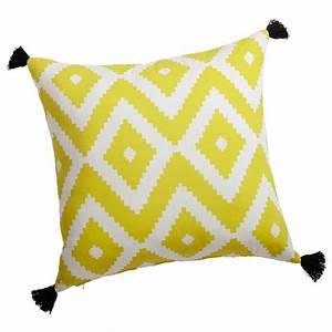 coussin en coton jaune blanc 45 x 45 cm janulam maisons With tapis jaune avec housse pour coussin assise canapé