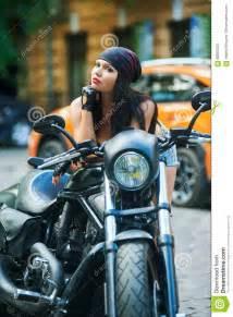 Moto De Ville : moto de fille de motard dans la ville image stock image du fille caucasien 68850763 ~ Maxctalentgroup.com Avis de Voitures