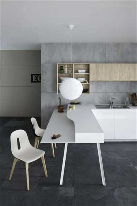 cuisine blanche et mur gris cuisine blanche et bois aménagée sur mur gris