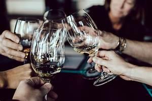 Wie Hält Man Ein Weinglas : wie h lt man ein weinglas ~ Watch28wear.com Haus und Dekorationen