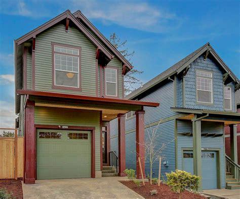 narrow lot  bed craftsman house plan   car garage