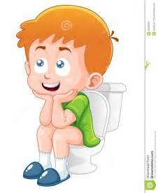 bathroom designer free kleiner junge sitzt auf der toilette lizenzfreies