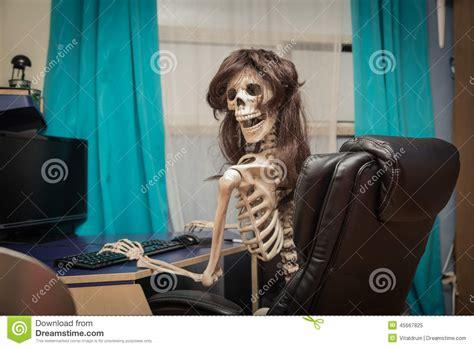 chambre en journ馥 squelette de sourire dans une perruque se reposant dans la chambre sur la chaise en cuir derrière le bureau photo stock image 45667825