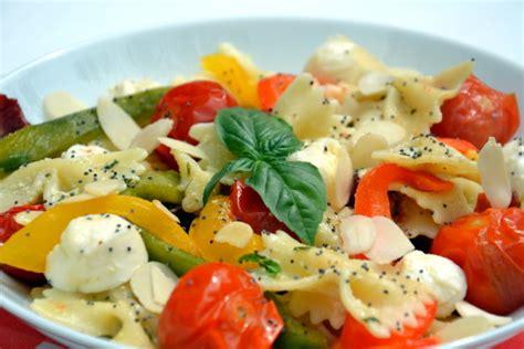 pates tomates cerises mozzarella salade de farfalles au pesto tomates cerise et poivrons r 244 tis tomates s 233 ch 233 es et mozzarella
