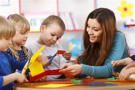 rapport sur les missions des atsem les professionnels un 593 | pro et enfants maternelle istock