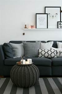 Wohnzimmer Mit Grauer Couch : dunkelblaue couch mit vielen kissen in graut nen grauer strick pouf der als kleiner couchtisch ~ Bigdaddyawards.com Haus und Dekorationen