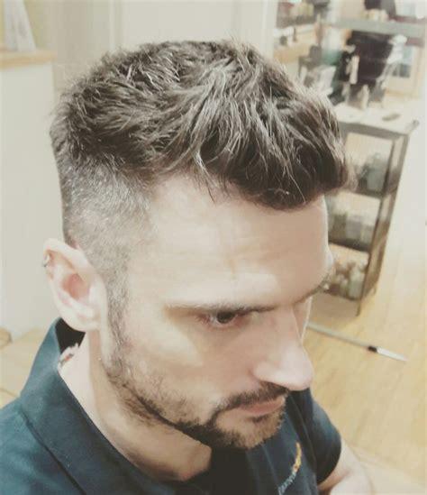 herren haarschnitt die seiten sind  den konturen auf