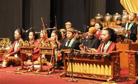 Ciri khas pertunjukan wayang disamping terdapat adegan teater juga ditambah dengan unsur tarian dan musik yang biasanya menggunakan alat musik berupa gamelan. proIsrael: Pertunjukan Musik Dari Jawa Barat