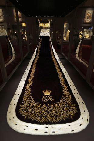 coronation gown  robe queen elizabeth iis coronation