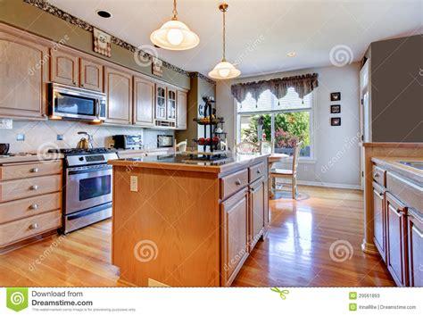 cuisine en dur grande cuisine blanche avec le plancher en bois dur