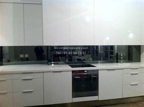installer credence cuisine crédence miroir sur mesure pour votre cuisine