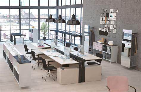 neat inredning kontorslandskap med hoej och saenkbara bord