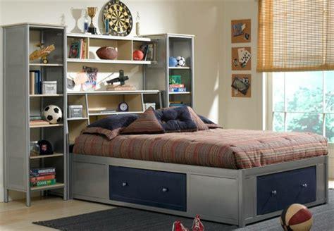 rangement chambre gar輟n la tête de lit avec rangement un gain d 39 espace déco archzine fr
