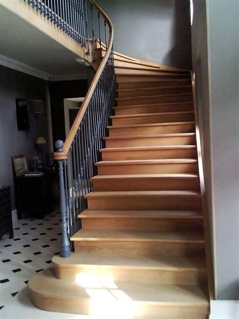 tres bel escalier en bois de style ancien avec marches