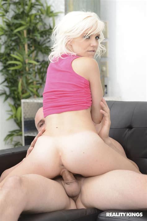 Blonde Bimbo Bella Jane Wraps Her Lips And Pussy Around