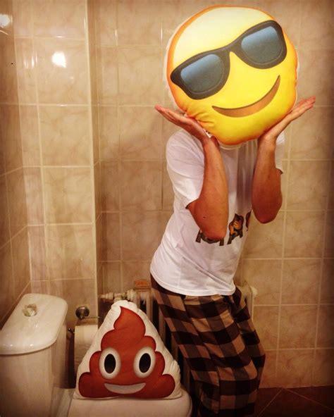 yok artik kaka ve gulen yuz emoji yastik wwwhediyemucidi
