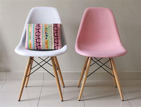 chaise style eames chaises style eames pas cher table de lit a roulettes