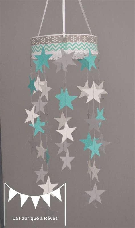 chambre bébé turquoise et gris mobile suspension étoiles turquoise gris et blanc