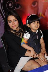 Mahima Chaudhary with her Daughter Ariana Photos (High ...