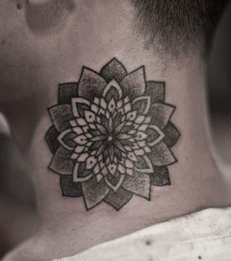 foto ein mann traegt ein mandala tattoo auf dem hals