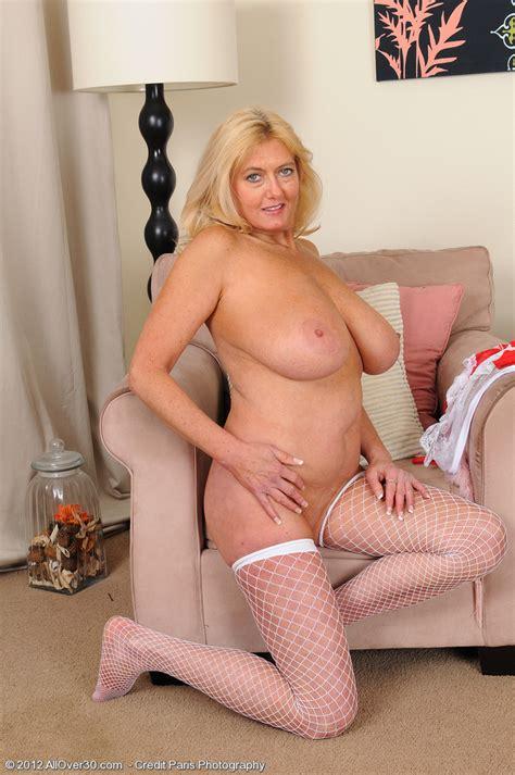 big jugg milf tahnee taylor flaunt her goodies busty vixen