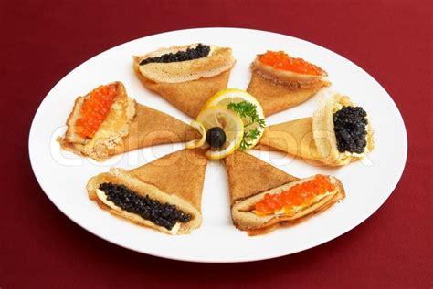 mad鑽e cuisine pandekager med rød og sort rogn russisk national mad stock foto colourbox
