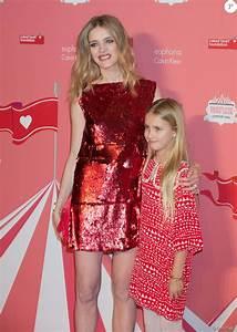 Natalia Vodianova (bijoux Messika) et sa fille Neva ...
