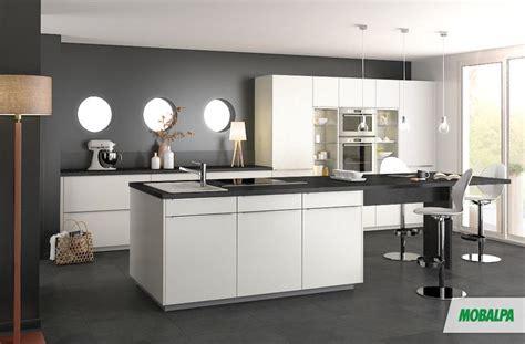 cuisine murs gris foncés meubles blancs et plan de