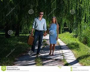 Hand In Hand Gehen : liebevolle paare die hand in hand gehen stockfoto bild von b ume park 15833934 ~ Orissabook.com Haus und Dekorationen