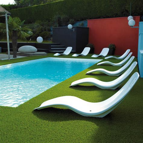 piscine avec siege aménagement pourtour piscine avec gazon synthétique