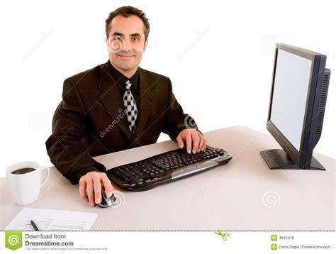 bureau homme d affaire homme d 39 affaires de sourire travaillant à bureau