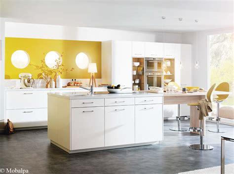 couleur mur cuisine blanche awesome cuisine blanche mur gris et jaune ideas design