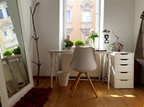 schlafzimmer ideen mit arbeitsbereich einfach eingerichteter arbeitsbereich mit sonnenlicht