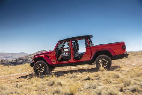 jeep gladiator enters  popular mid size pickup truck realm  pics carscoops