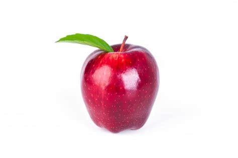 Manzana roja con la hoja verde sobre fondo blanco. | Foto ...