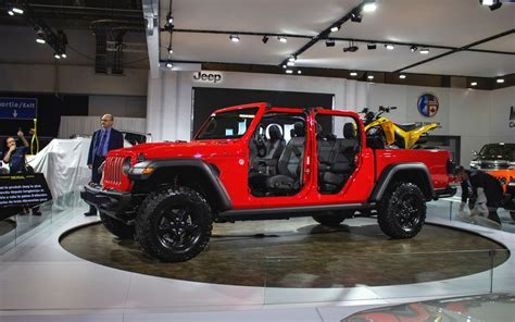 jeep gladiator arrives  canada  car guide