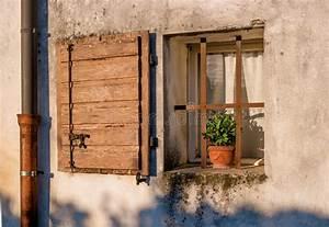 vieille fenetre de maison avec les volets et la fleur With maison de la fenetre