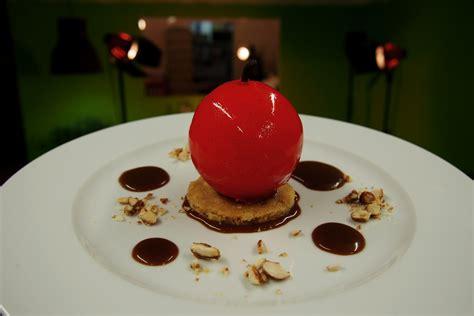dessert atelier des chefs dessert pomme damour sph 232 re de chocolat blanc garnie de mousse vanille calvados par arnaud