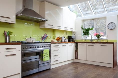 lime green splashback kitchen rs119 02 lime green splashback in fitted kitche 7110