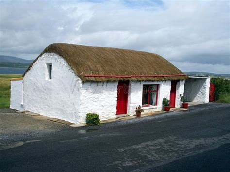 cottage in irlanda cottage thatched co donegal irlanda immagine stock