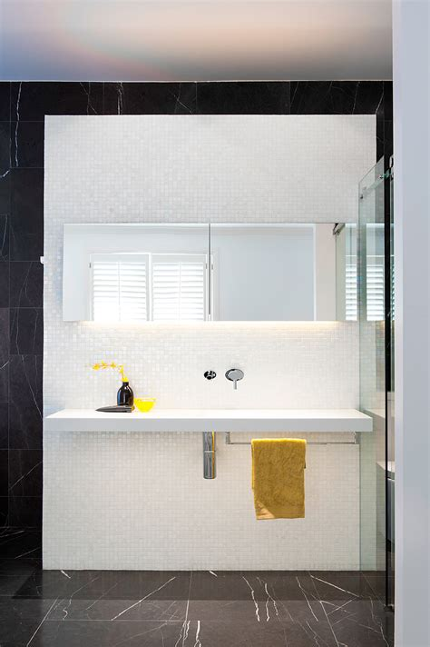 elegante bano en blanco  negro disenado por minosa design