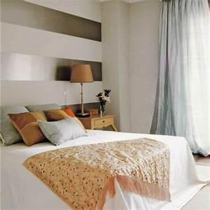 Wand Mit Streifen : wanddekoration mit streifentapeten im schlafzimmer ~ Frokenaadalensverden.com Haus und Dekorationen