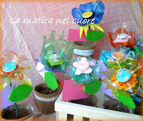 vaso di plastica sbocciano i fiori di tutti i colori fiori in plastica